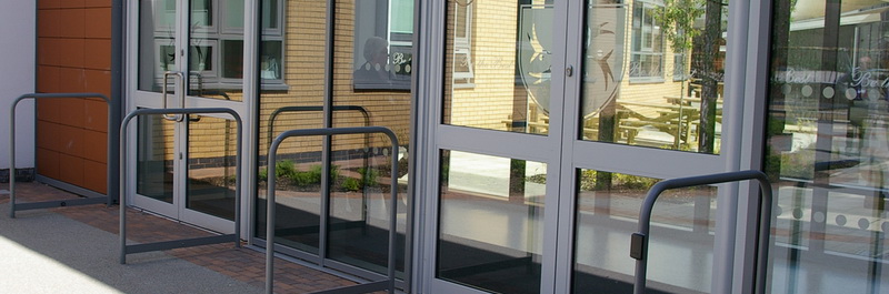 dveri iz alyuminievyh konstrukcij